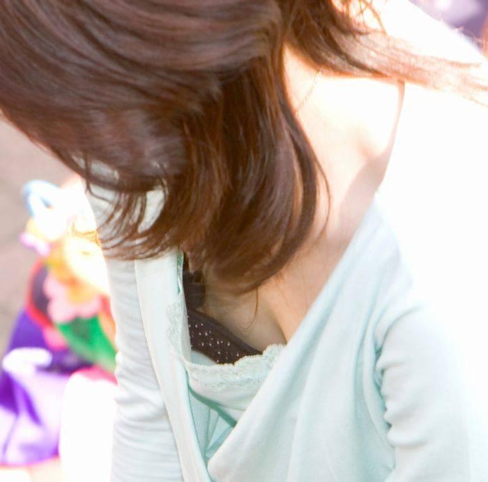 素人の乳首見えちゃってる胸チラのエロさは異常wwwwwエロ画像 1075