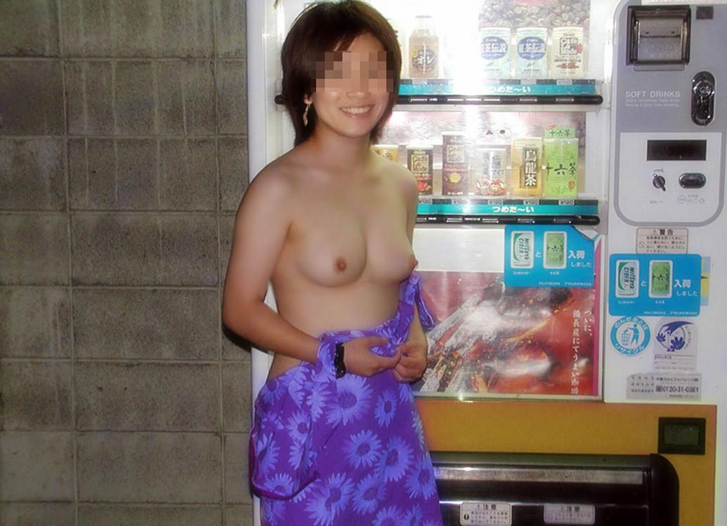 夜の虫のように自販機に集まる露出狂女のエロ画像 1100