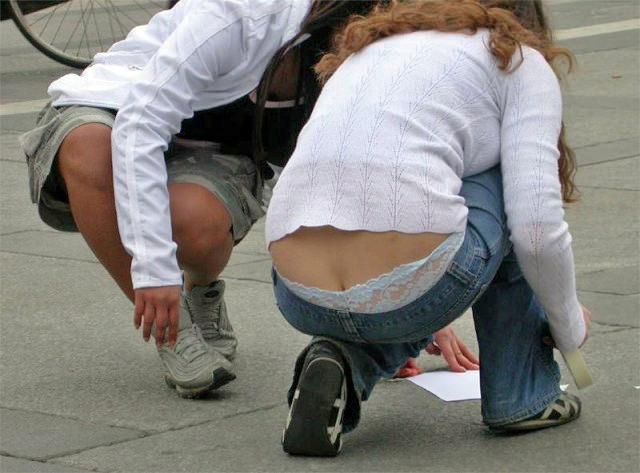 ローライズからはみパンツしてる街撮り素人パンチラ画像 1102