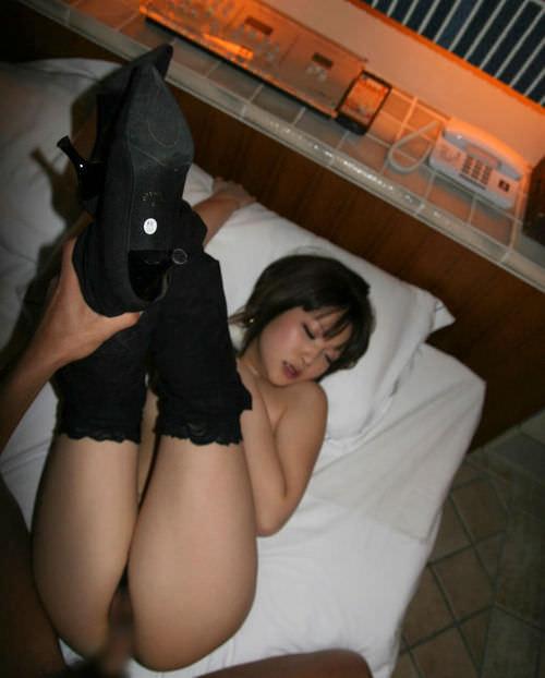 女の両足持ち上げて結合部丸見えセックスしてるハメ撮りエロ画像 11119