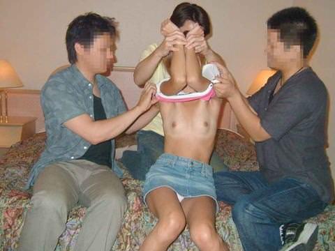 1人の女を良い様に弄んで犯しまくってる乱交セックスエロ画像 1113