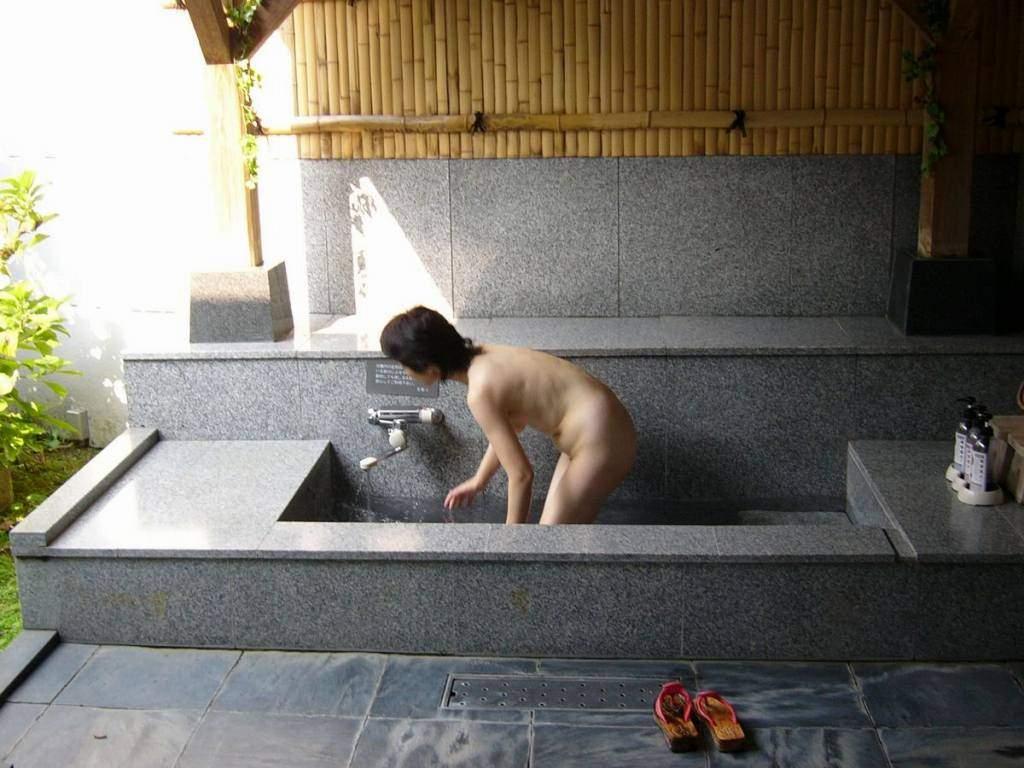 友達と来た温泉で悪ノリ記念撮影しちゃってる素人娘の露出エロ画像 1143