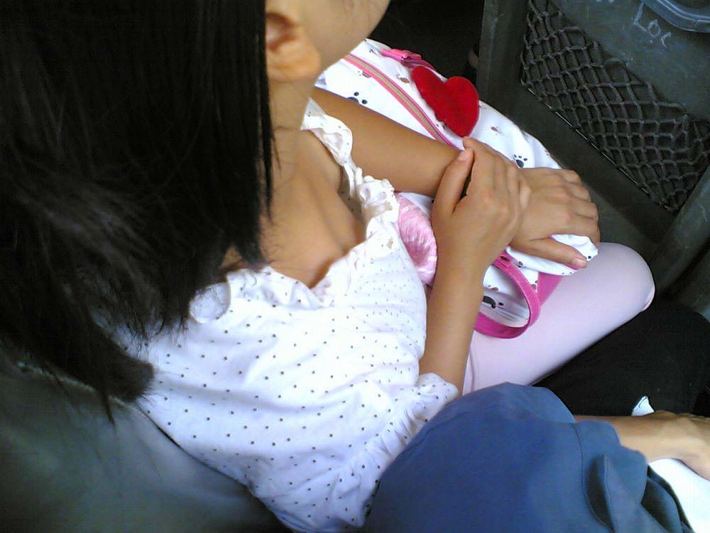 電車内で素人の胸チラとかマジ興奮するでwwwwこっそり隠し撮りたまらん!!エロ画像 1183