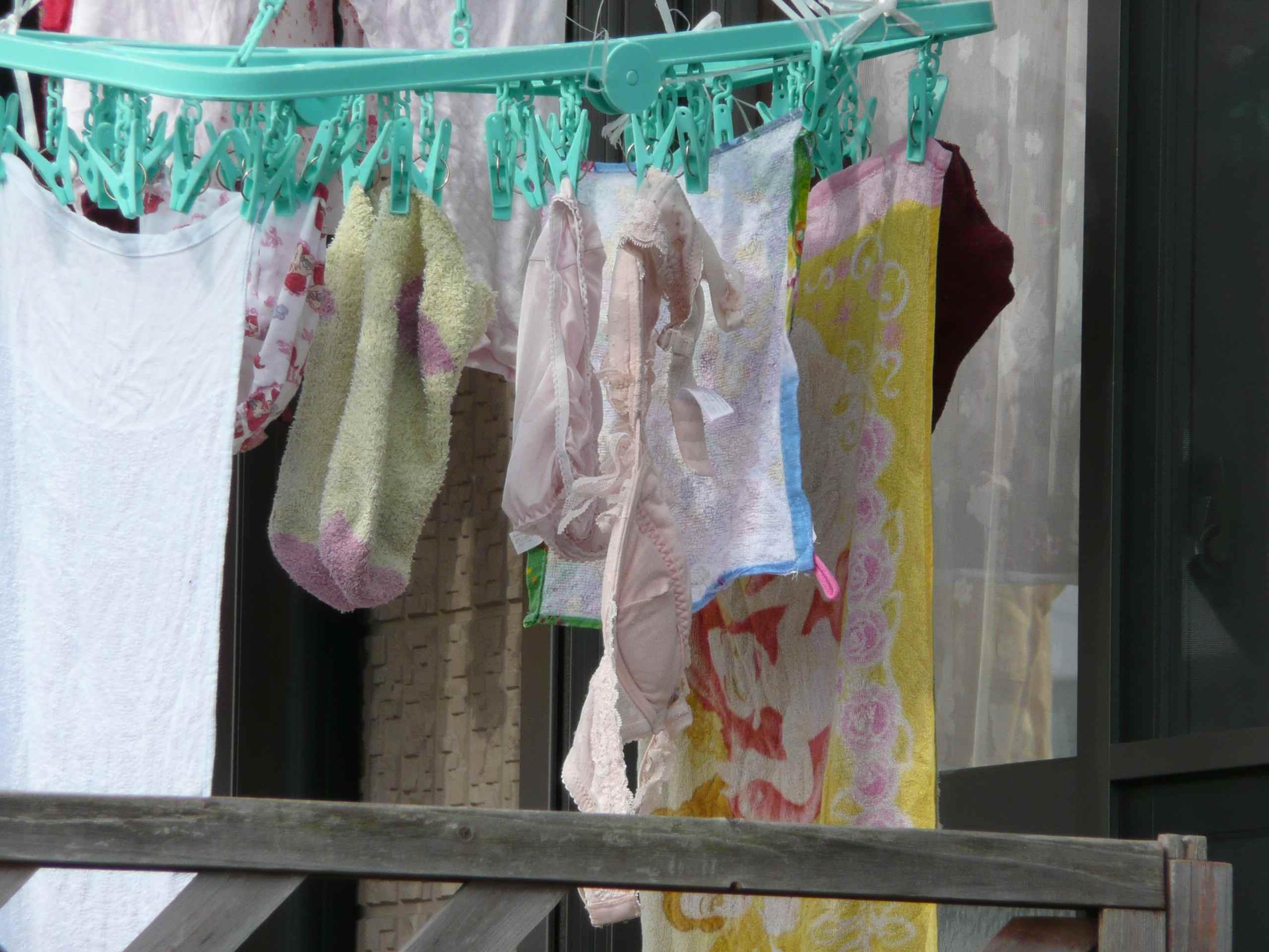 若い素人妻が暮らすベランダに干された洗濯物のブラやパンティーの下着エロ画像 1187