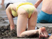 砂の付いたお尻がガチエロいビーチで隠し撮りされたビキニ娘の素人エロ画像