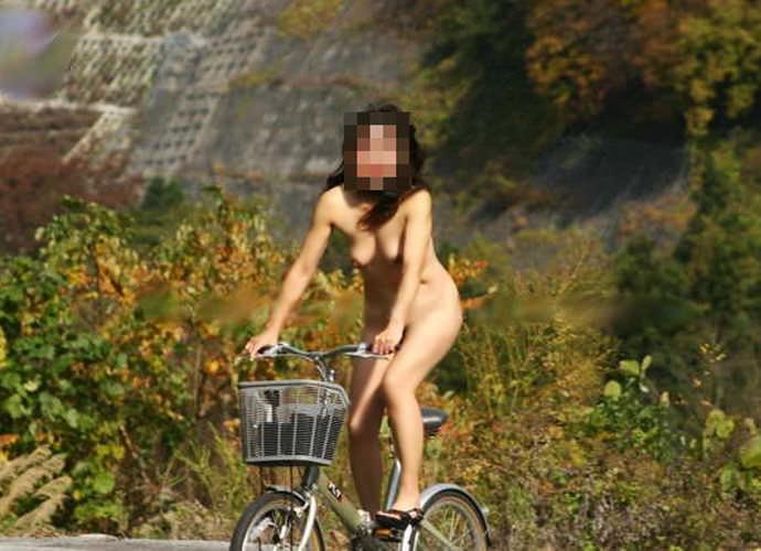 全裸で自転車漕いでるwwww爽快感を味う素人の露出狂女のエロ画像 1203