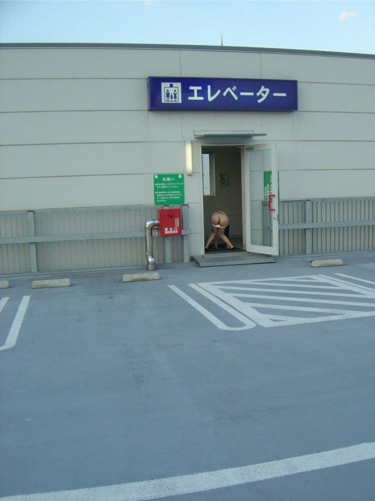 ド変態な露出狂女を遠目から撮影した素人エロ画像 12125