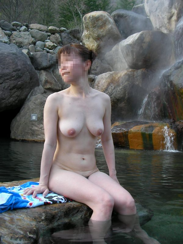 友達と来た温泉で悪ノリ記念撮影しちゃってる素人娘の露出エロ画像 1233