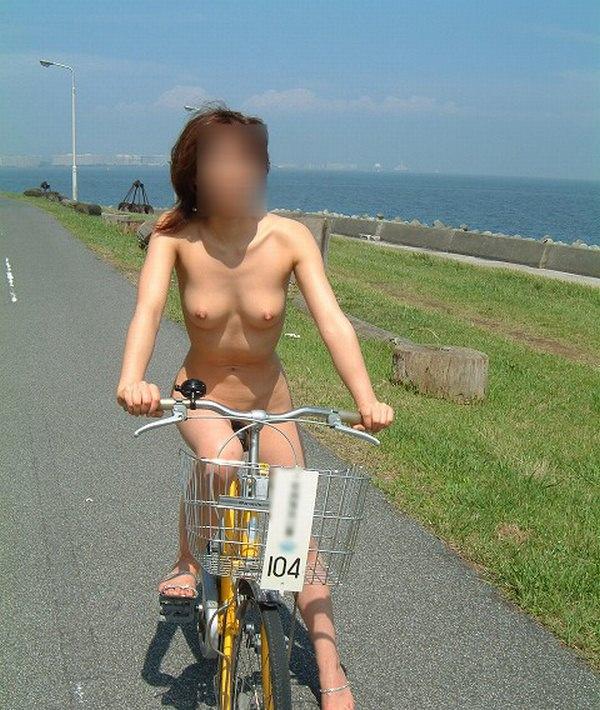 全裸で自転車漕いでるwwww爽快感を味う素人の露出狂女のエロ画像 1265