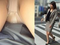 仕事で蒸れてる最中のガチ素人OLの逆さパンチラとストッキングの街撮りエロ画像