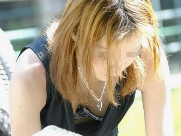 ブラがチラ見えwwww素人の街撮り胸チラエロ画像 1301