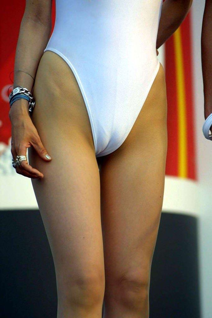 ハイレグ履いたキャンペーンガールのマン筋や食い込みが気になるおまんこエロ画像 13110
