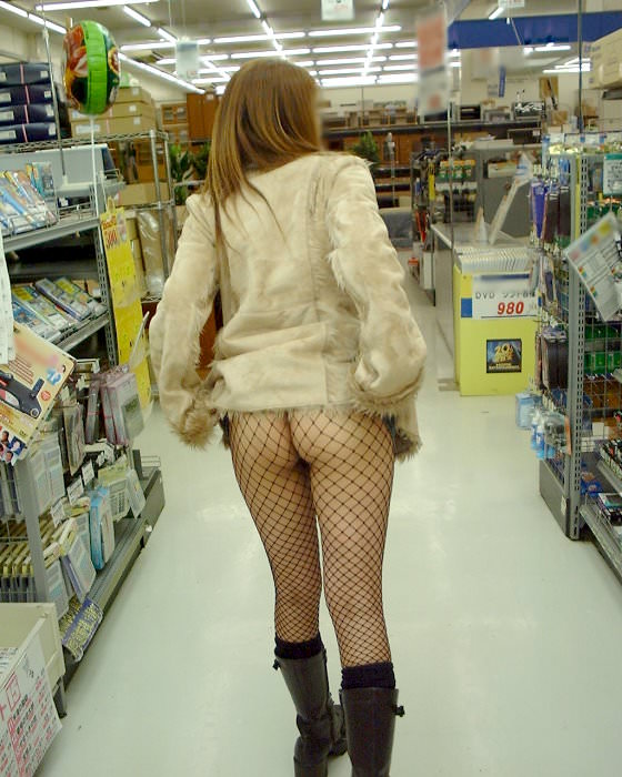 通報されるリスクを背負っても辞められないスーパーで露出する変態素人女のエロ画像 1337