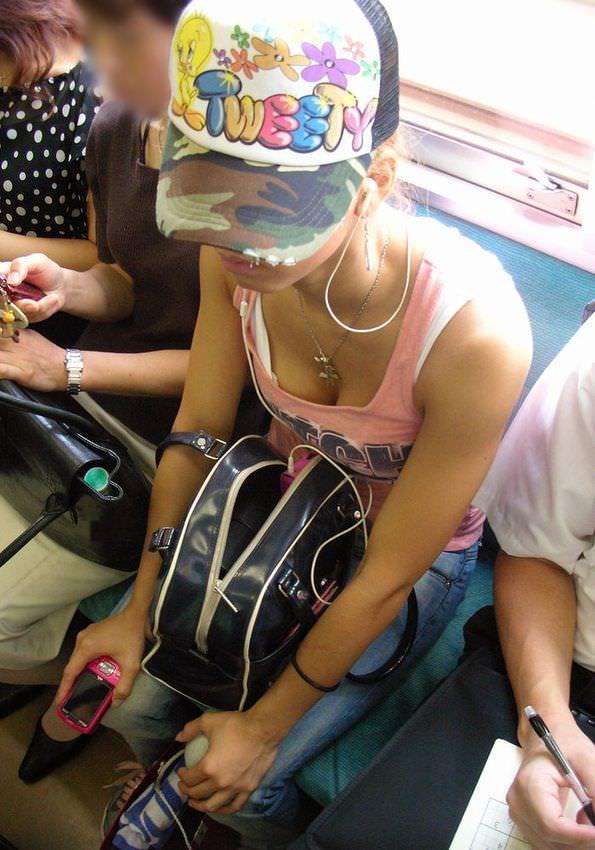 電車内で素人の胸チラとかマジ興奮するでwwwwこっそり隠し撮りたまらん!!エロ画像 1352