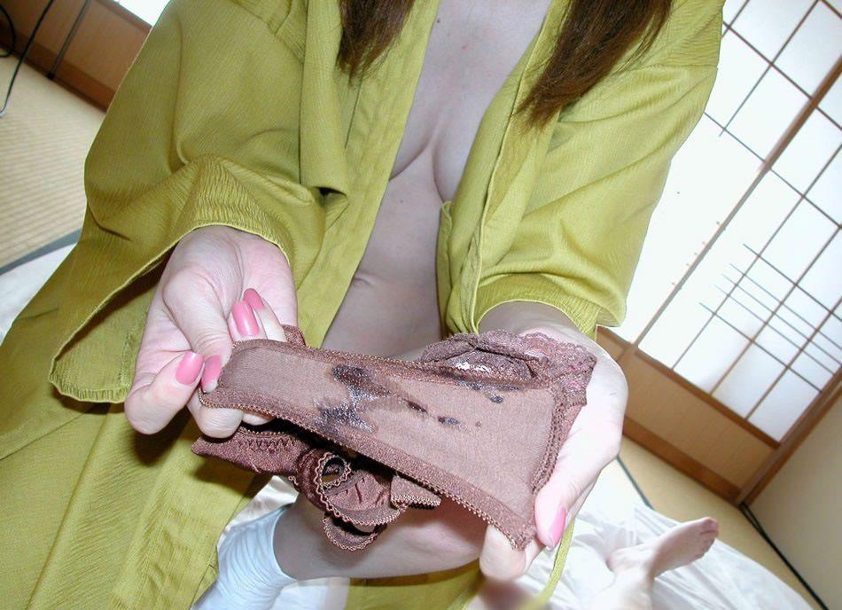 嫌がる彼女に無理言って撮らせてもらった染み付きパンツを流出させた素人エロ画像 1438