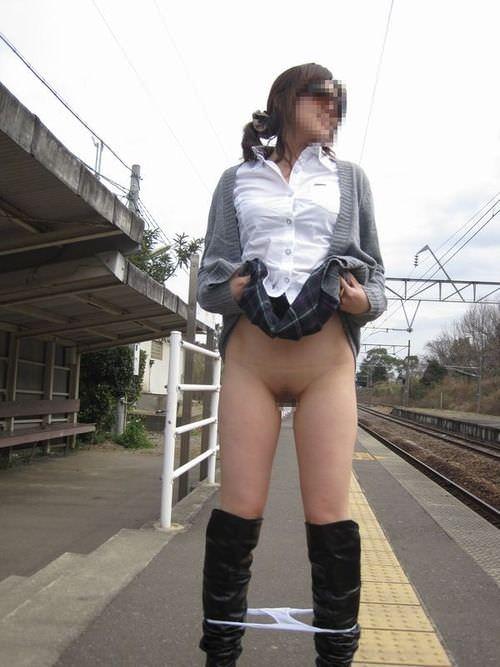 素人の鉄子が露出性癖を発症した結果 → 駅のホームですっぽんぽんワロタwwwwwエロ画像 1447