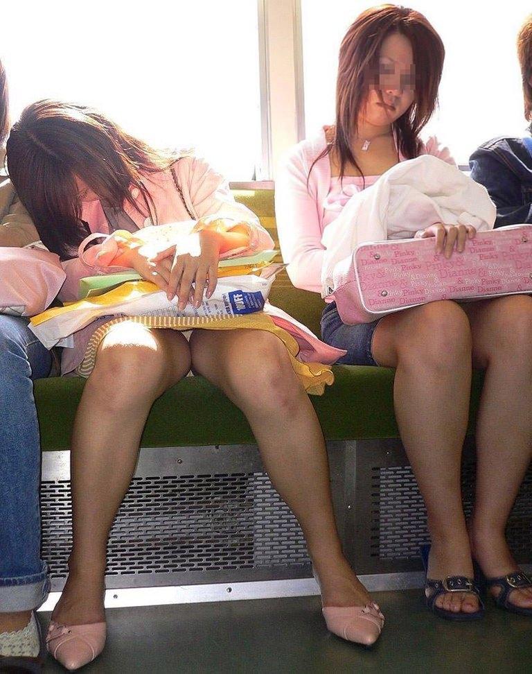 電車内で秘密のトライアングルに捉えた素人のいやらしいパンチラエロ画像 15112