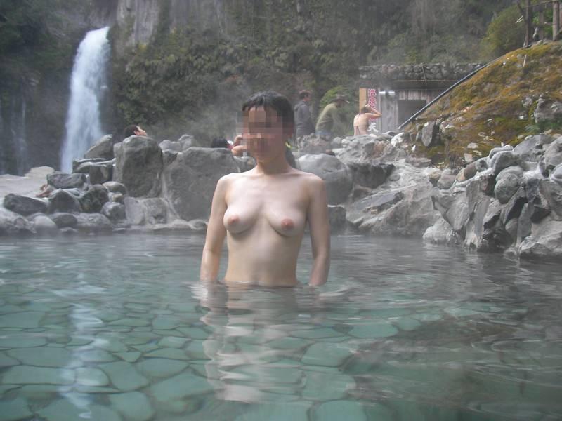 友達と来た温泉で悪ノリ記念撮影しちゃってる素人娘の露出エロ画像 1629