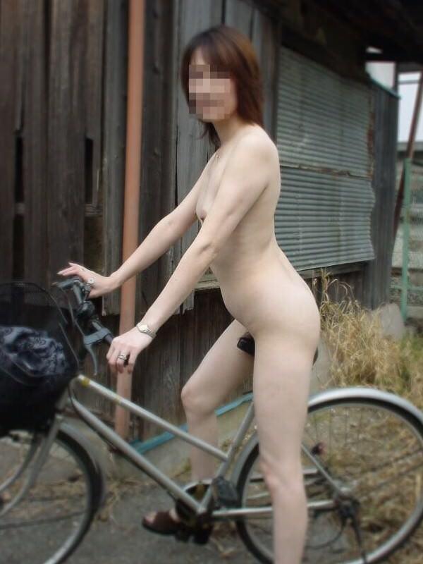 全裸で自転車漕いでるwwww爽快感を味う素人の露出狂女のエロ画像 1755