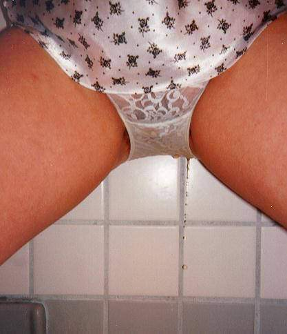 我慢出来ずにトイレに行く前にお漏らししちゃった失禁エロ画像 1788