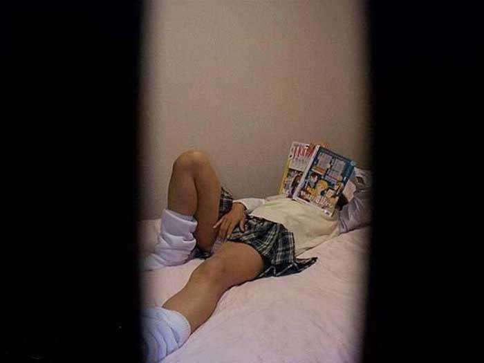 近所に住む女子大生の部屋やお風呂を隠し撮りしたエロ画像 184