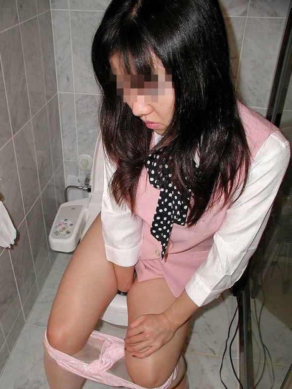 トイレでオシッコしてる素人の女の子が無防備でめっちゃ可愛いエロ画像 1872
