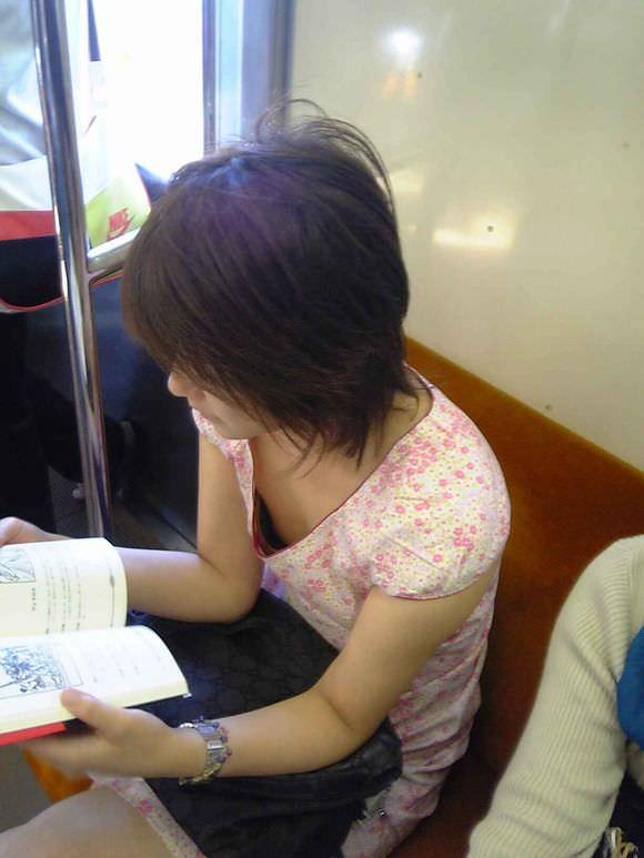 電車内で素人の胸チラとかマジ興奮するでwwwwこっそり隠し撮りたまらん!!エロ画像 1939