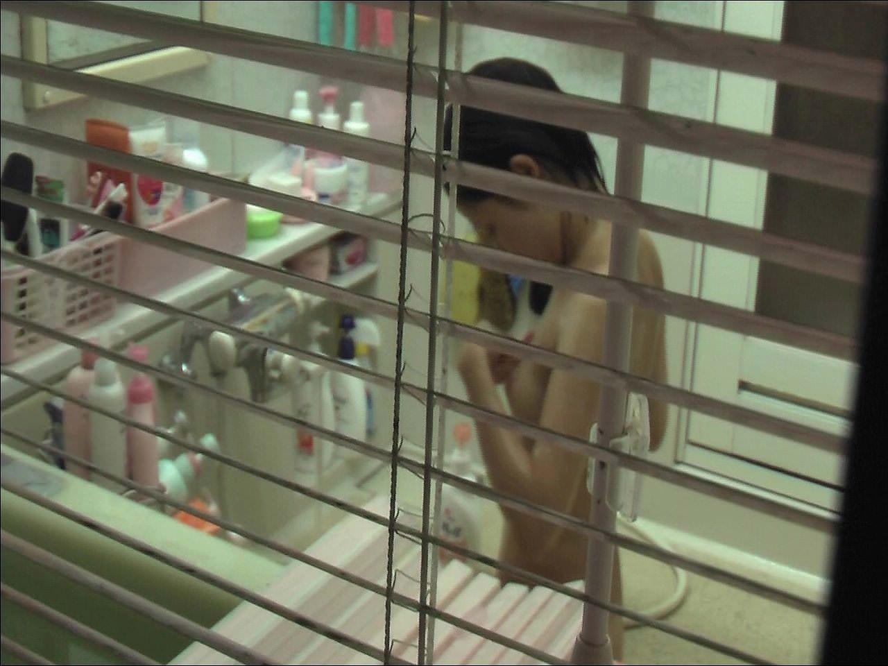 近所に住む女子大生の部屋やお風呂を隠し撮りしたエロ画像 194