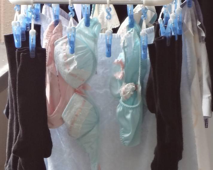 若い素人妻が暮らすベランダに干された洗濯物のブラやパンティーの下着エロ画像 1941
