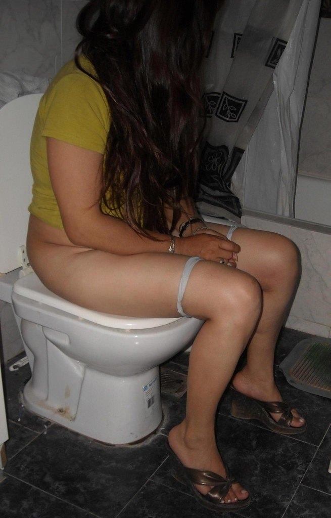 トイレでオシッコしてる素人の女の子が無防備でめっちゃ可愛いエロ画像 1969