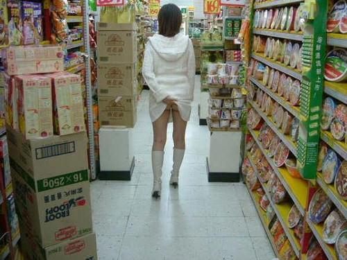 通報されるリスクを背負っても辞められないスーパーで露出する変態素人女のエロ画像 2024