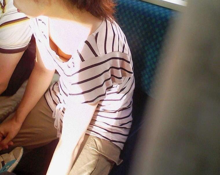 素人の乳首見えちゃってる胸チラのエロさは異常wwwwwエロ画像 2050