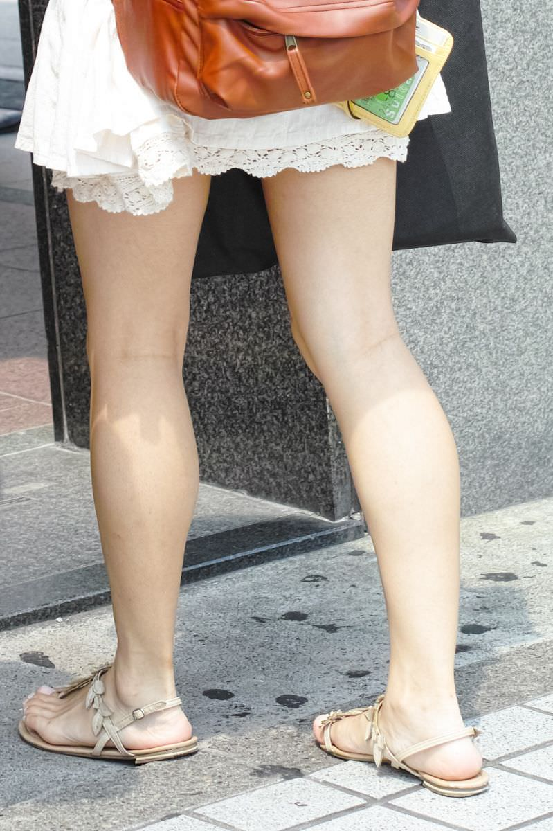挟んで抜いてもらいたい街撮りした素人娘の生足エロ画像 2109