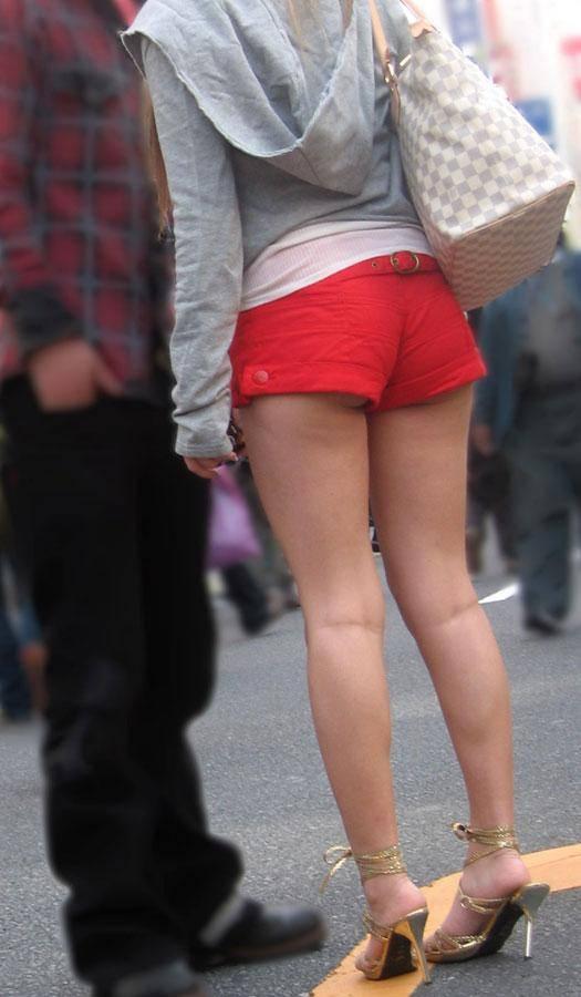 おっぱいの谷間みたくお尻がはみ出してるホットパンツギャルの街撮り素人エロ画像 21121