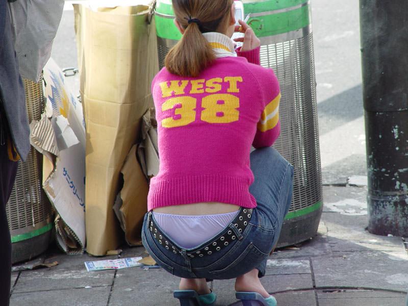 ローライズからはみパンツしてる街撮り素人パンチラ画像 2114