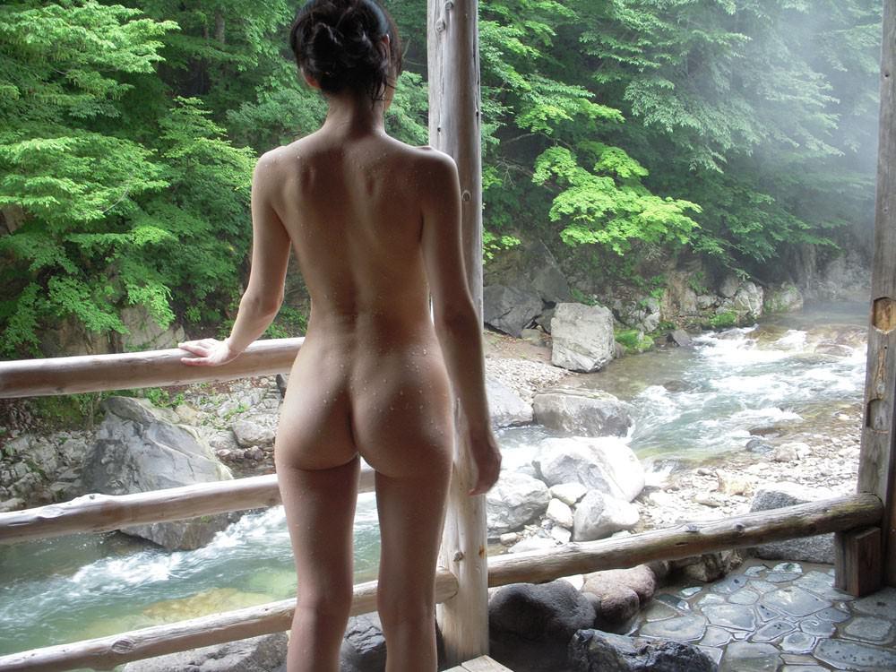 友達と来た温泉で悪ノリ記念撮影しちゃってる素人娘の露出エロ画像 2124