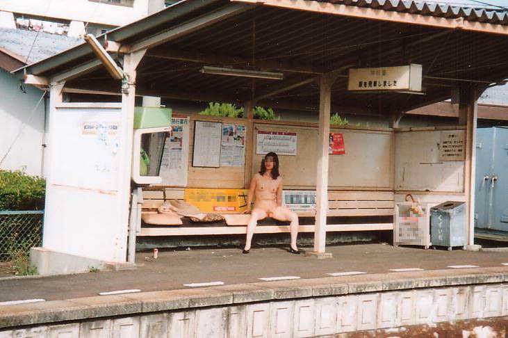 素人の鉄子が露出性癖を発症した結果 → 駅のホームですっぽんぽんワロタwwwwwエロ画像 2140