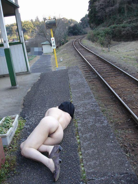 素人の鉄子が露出性癖を発症した結果 → 駅のホームですっぽんぽんワロタwwwwwエロ画像 2141