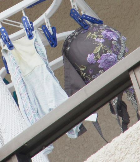 若い素人妻が暮らすベランダに干された洗濯物のブラやパンティーの下着エロ画像 2149