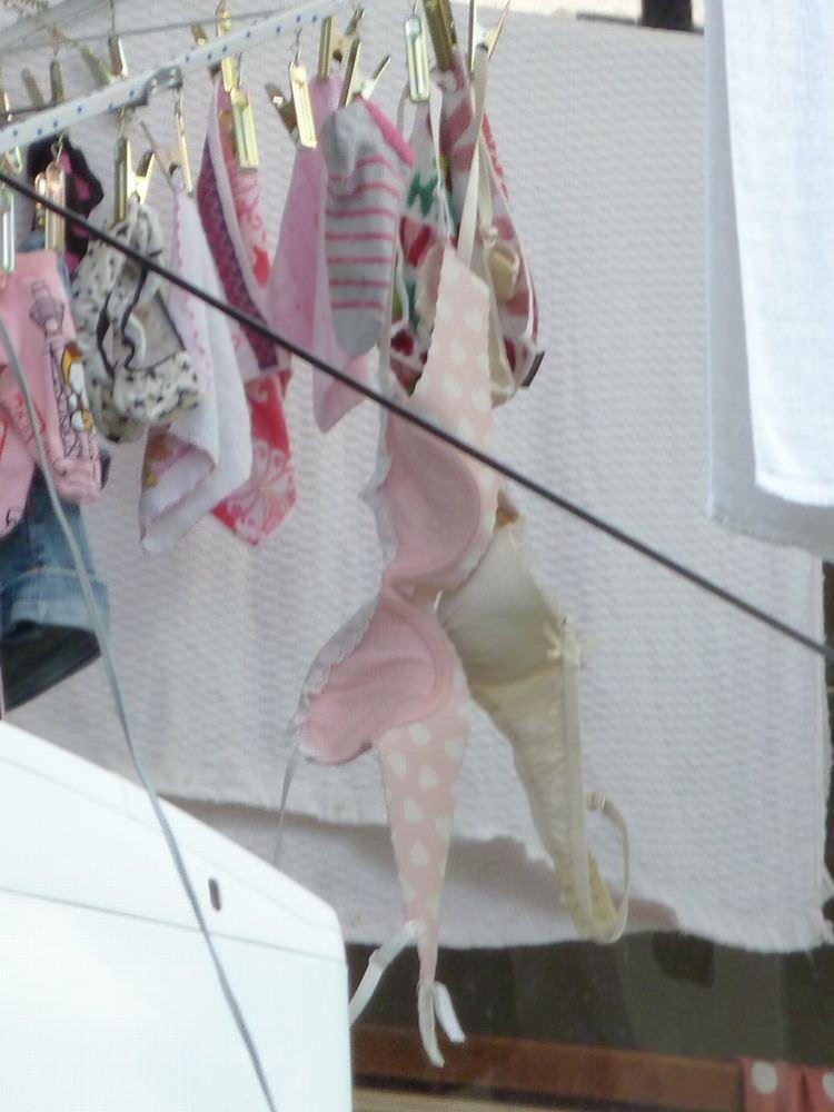 若い素人妻が暮らすベランダに干された洗濯物のブラやパンティーの下着エロ画像 2150