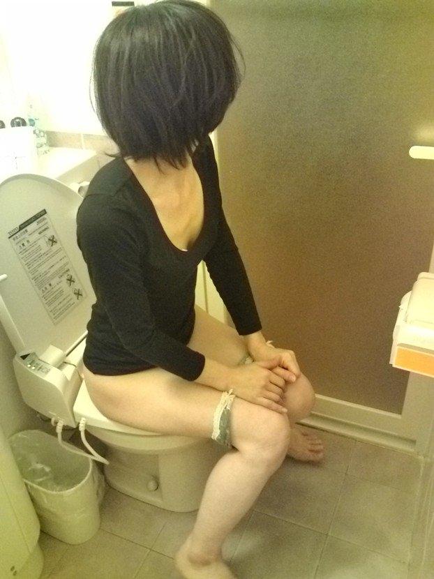 トイレでオシッコしてる素人の女の子が無防備でめっちゃ可愛いエロ画像 2207