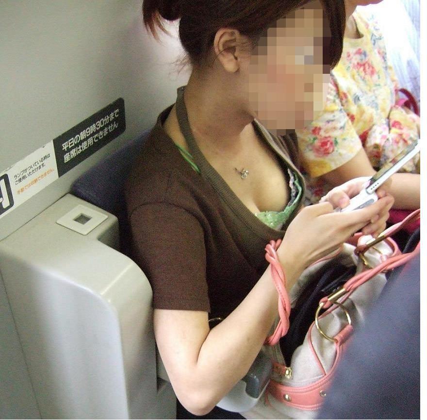 電車内で素人の胸チラとかマジ興奮するでwwwwこっそり隠し撮りたまらん!!エロ画像 2234
