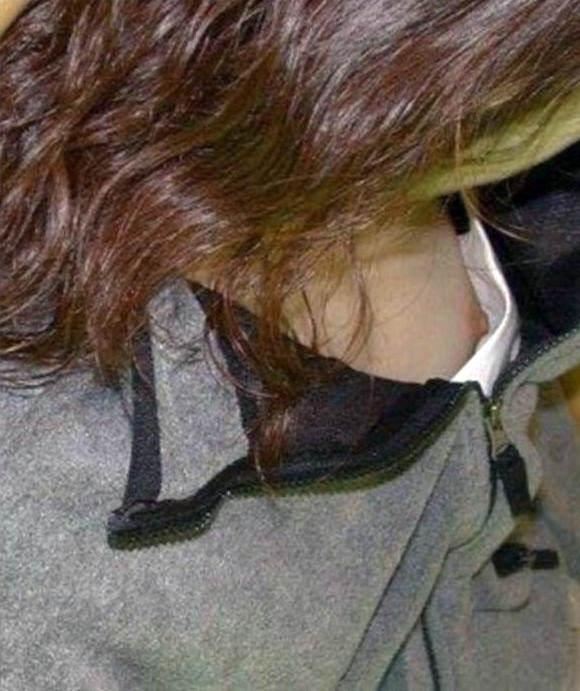 胸元ゆるい女は股も緩そうな印象を受ける胸チラ乳首の素人エロ画像 2293
