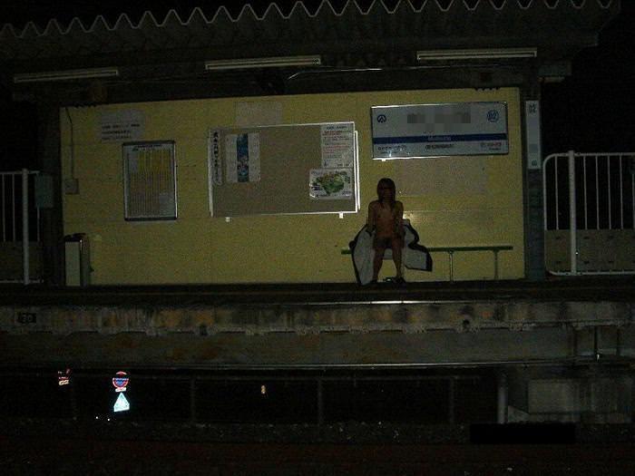 素人の鉄子が露出性癖を発症した結果 → 駅のホームですっぽんぽんワロタwwwwwエロ画像 2327