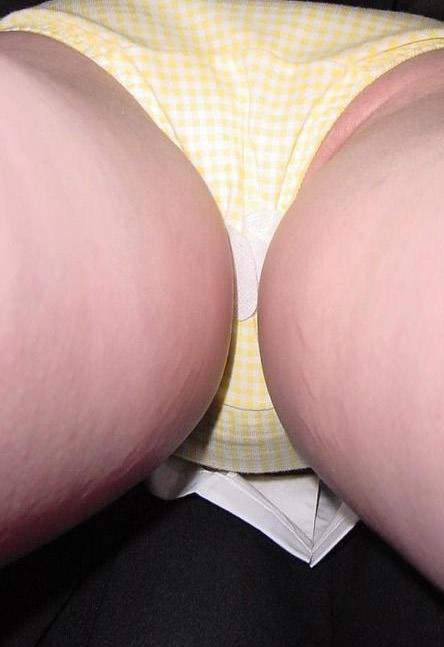 逆さパンチラに写るまさかのナプキンwwwww生理臭い女の街撮り素人エロ画像 2344