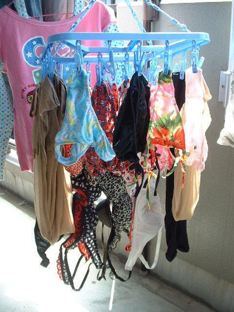 若い素人妻が暮らすベランダに干された洗濯物のブラやパンティーの下着エロ画像 2430