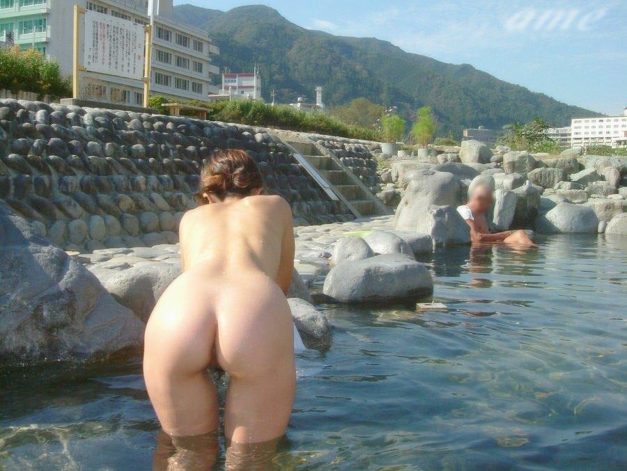 友達と来た温泉で悪ノリ記念撮影しちゃってる素人娘の露出エロ画像 2515
