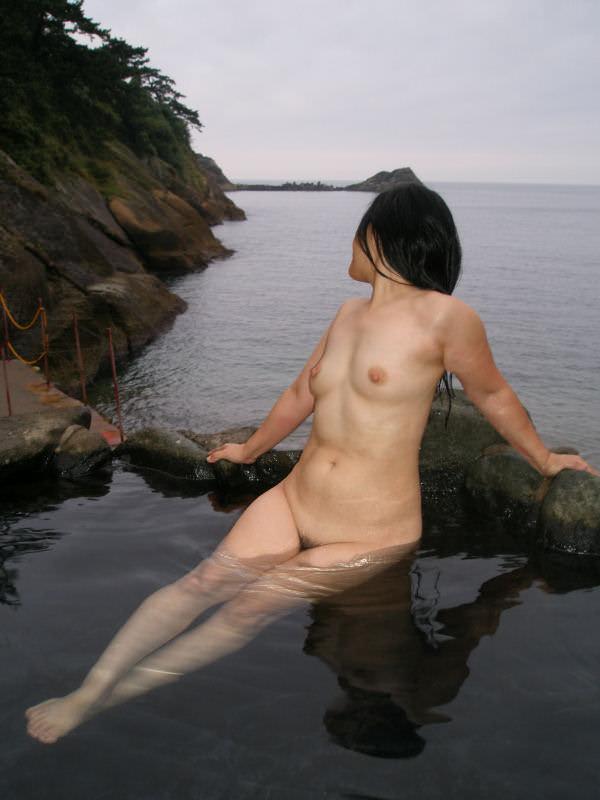 友達と来た温泉で悪ノリ記念撮影しちゃってる素人娘の露出エロ画像 2615