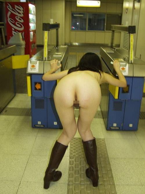 素人の鉄子が露出性癖を発症した結果 → 駅のホームですっぽんぽんワロタwwwwwエロ画像 2619