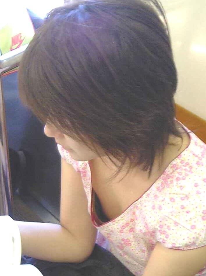 電車内で素人の胸チラとかマジ興奮するでwwwwこっそり隠し撮りたまらん!!エロ画像 2622